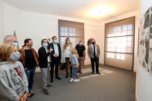 Frédérik Brandi, directeur du CIAC, présentant l'exposition TELLUS à M. Yannick Bernard Maire de Carros et à Mme Virginie Salvo adjointe déléguée à la culture.
