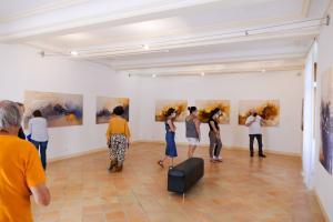 salle J.Godard, visite de TELLUS par les stagiaires d'un atelier d'art sur la création avec le verre dirigé par Isabelle Poilprez